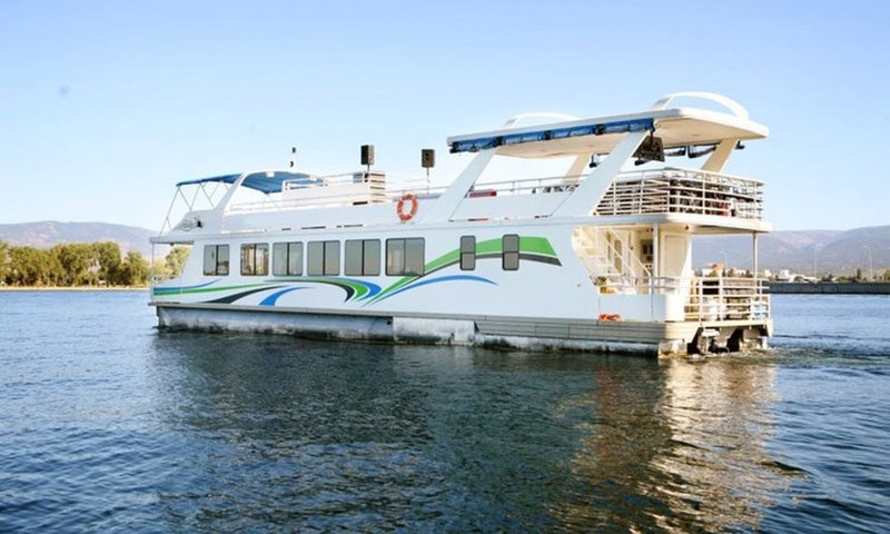 Houseboat Kelowna.jpg